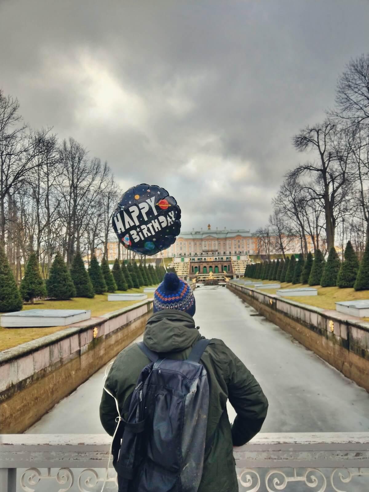 Bloger podróniczy z balonem przy carski pałac w Peterhofie.