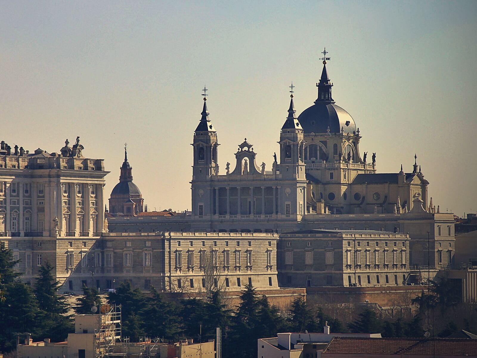 Widok na madrycki pałac królewski i katedrę.