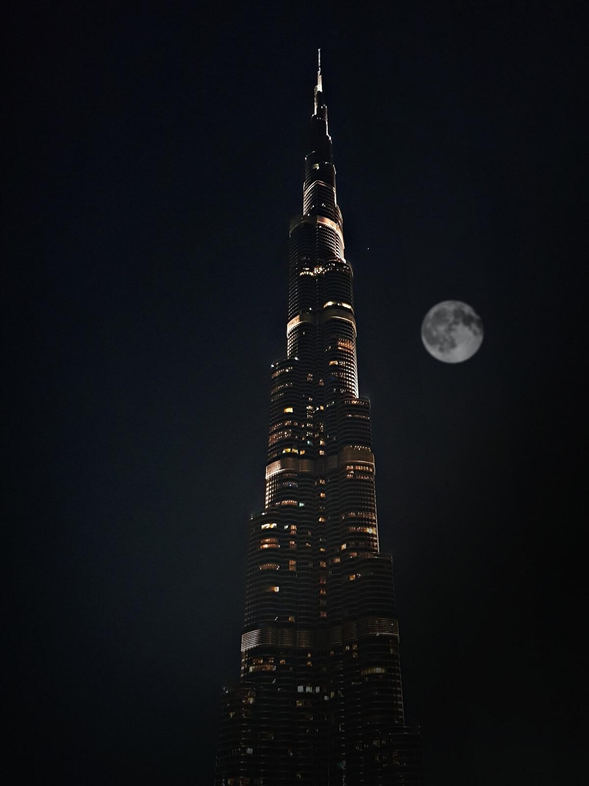 Księżyc świecący nad Burj Khalifa w Dubaju.