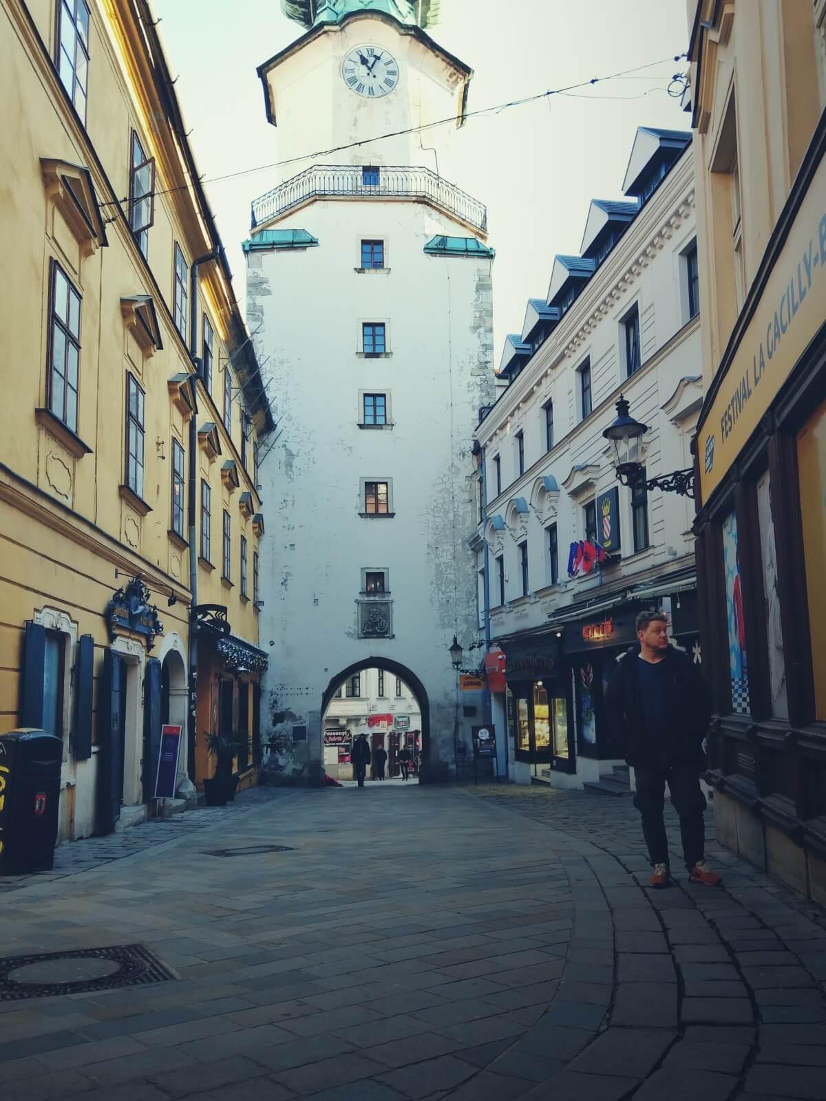 Bloger podróżniczy spaceruje uliczkami Bratysławy.