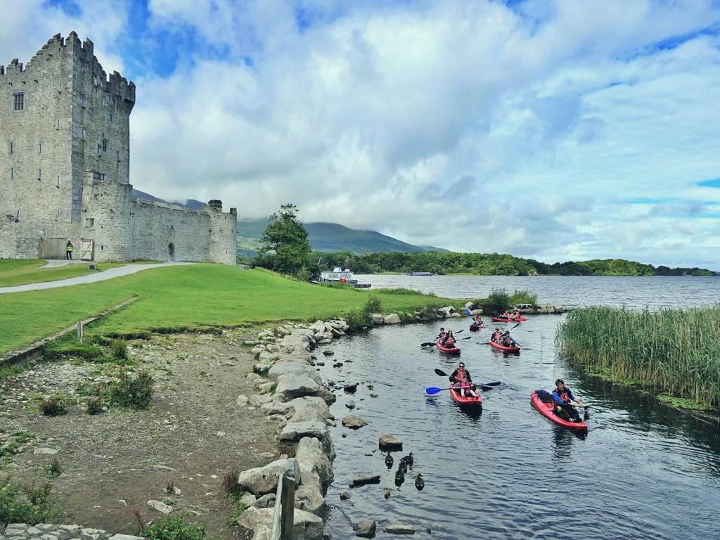 Zamek Ross w Parku Narodowym Killarney w Irlandii.