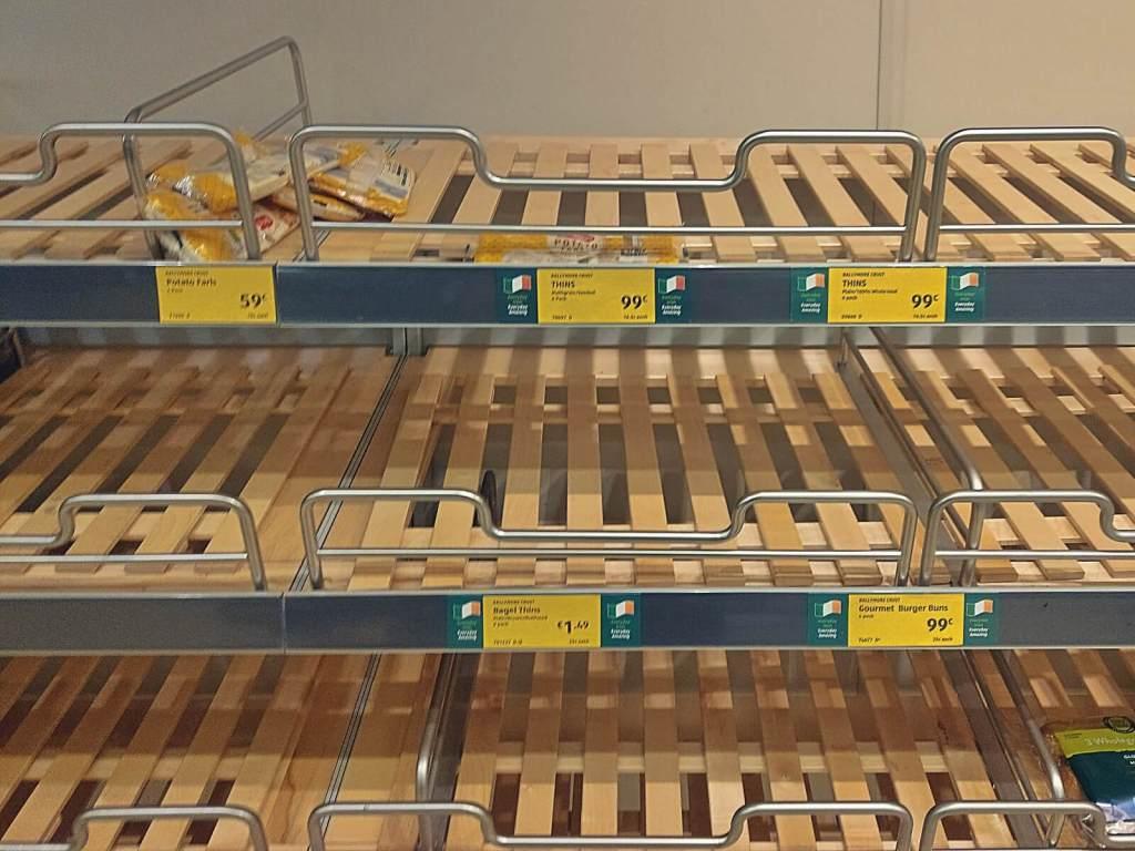 Puste półki w sklepach w czasie epidemii koronawirusa w Irlandii.