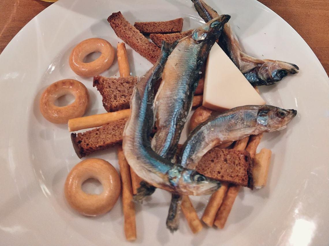 Suszone ryby, które są przekąska do piwa.