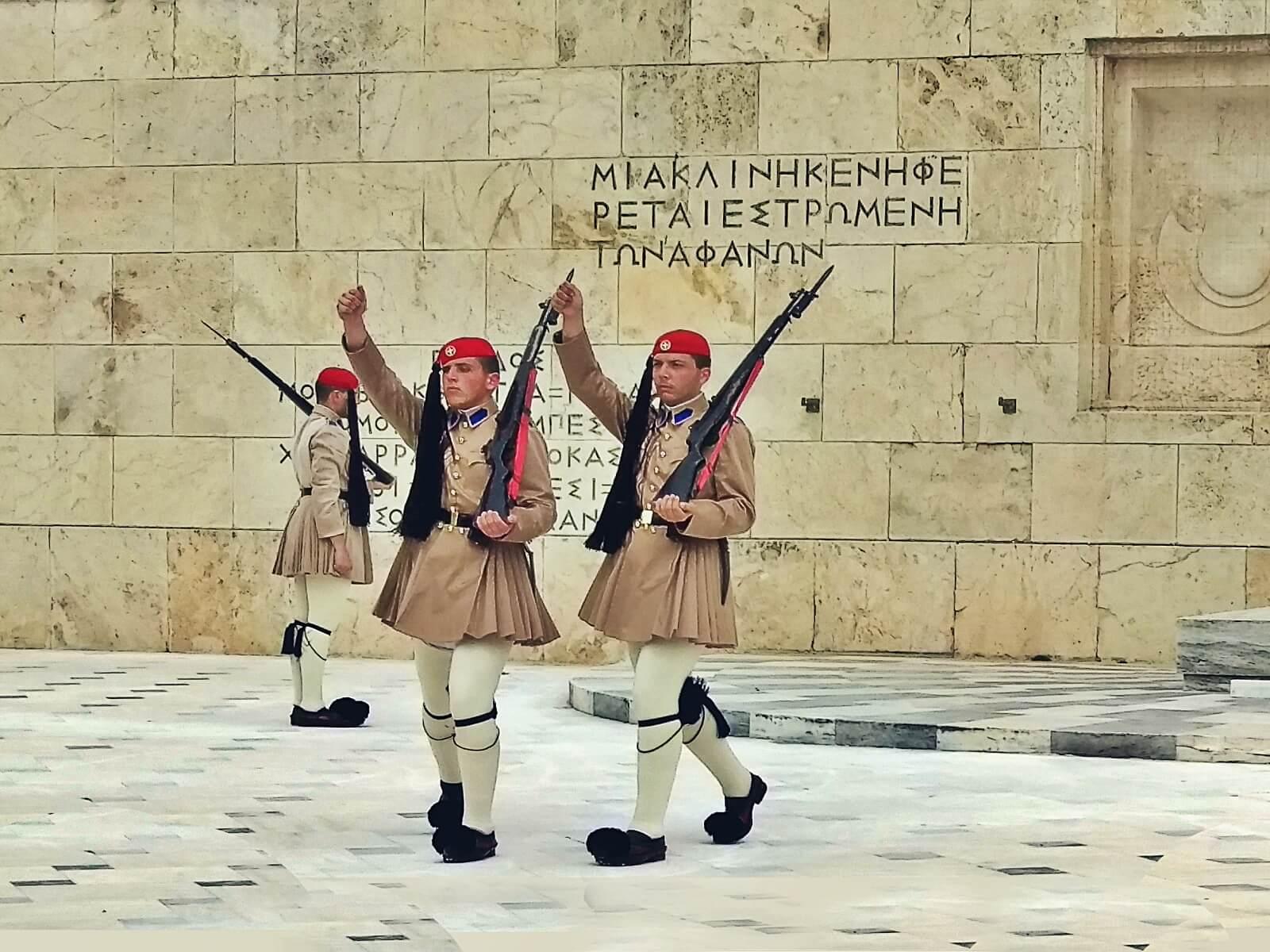 Grób nieznanego żołnierza w Atenach.