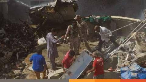 পাকিস্তানে ১০৭ আরোহী নিয়ে বিমান বিধ্বস্ত