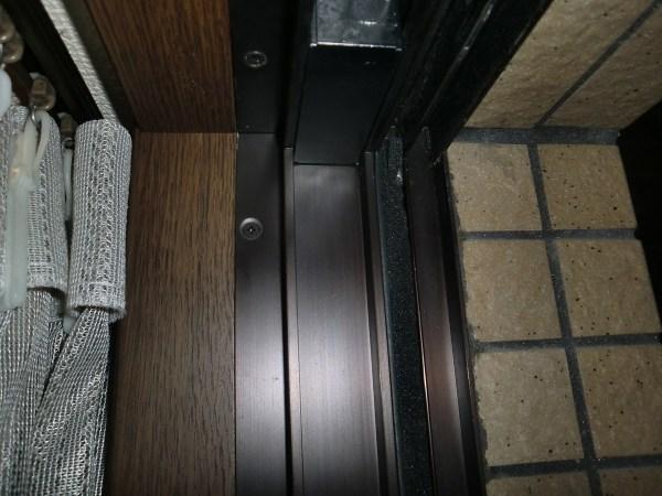 戸当たり左側「すきまテープ」貼った後