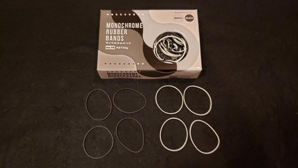 セリアの「モノクロゴムバンド N0.16」から輪ゴムを取り出したところ