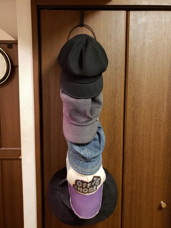 「山崎実業 ジョイントハンガー リングス」帽子を5個掛けた様子