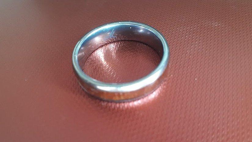 Modern elegancia, amit a nemesacél karikagyűrű tud biztosítani