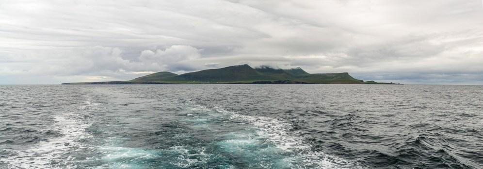 Foula, das Ziel unserer Reise - auch bei der Abfahrt noch in Wolken gehüllt
