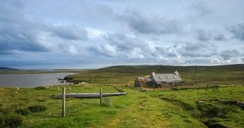 Typisches Crofterhaus vor typischer Landschaft - typisch Shetland!