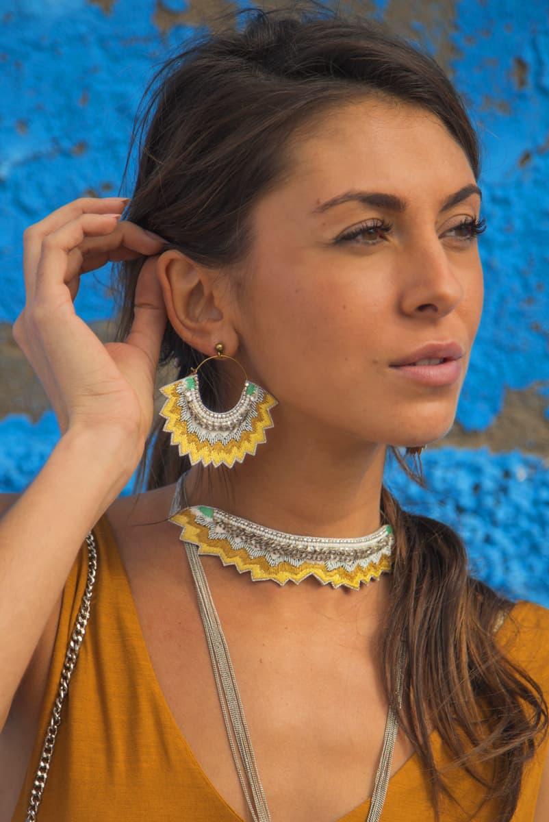Boucles d'oreilles brodées Maria | Mustard | Photo 1