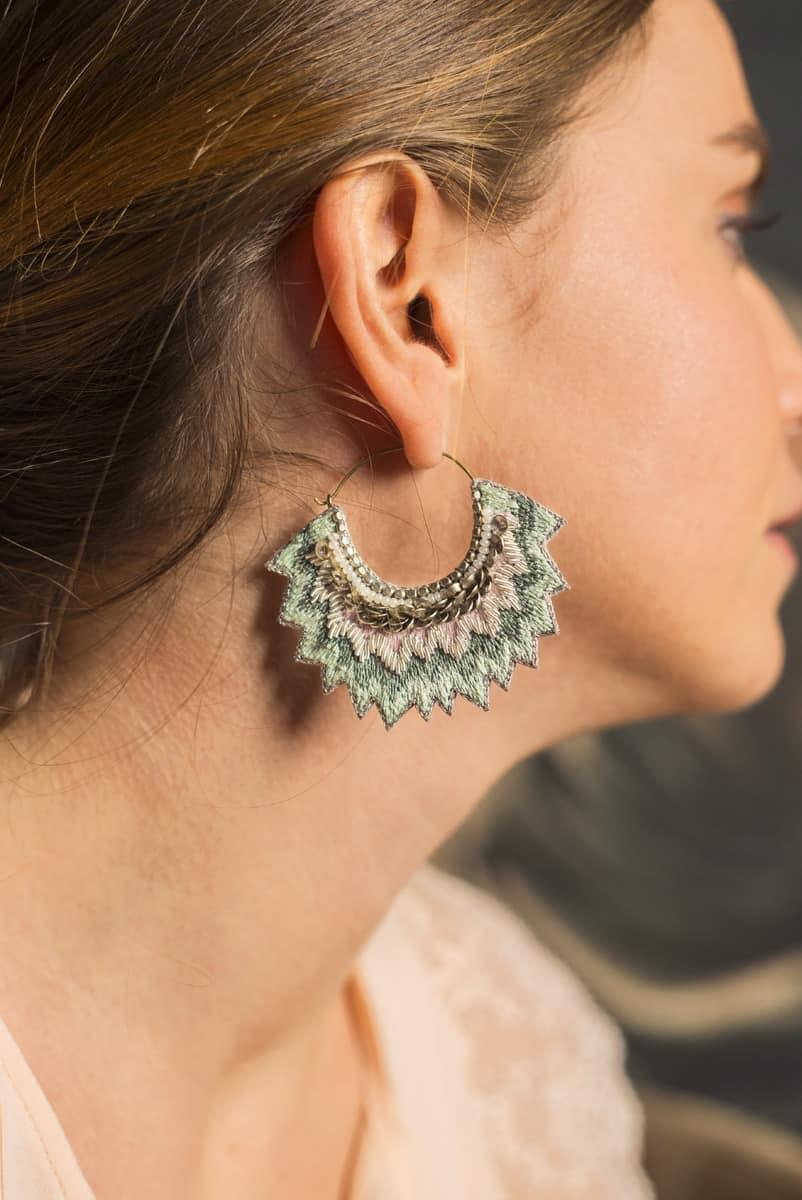Boucles d'oreilles brodées Maria | Sauge | Photo 1