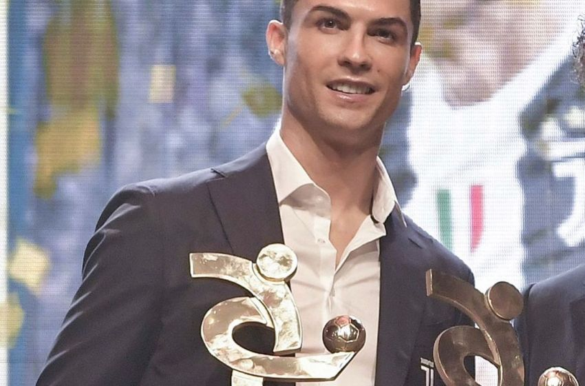 Cristiano Ronaldo with the Serie A best forward and MVP awards(Photos)