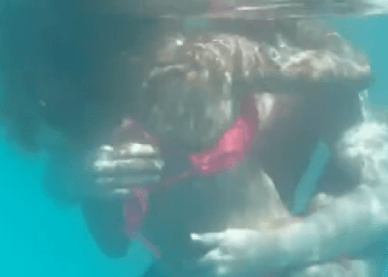 Leo Messi goes Drty with Girl beneath the pool (Video)