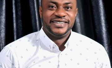 Picture Of Odunlade Adekola Prostrating For Vice President, Yemi Osinbajo's Wife Goes Viral (Photos)