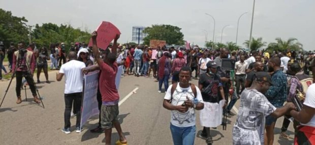 """EndSARS: Edo Protesters Carry Coffin & Chant """"Buhari Must Go"""""""