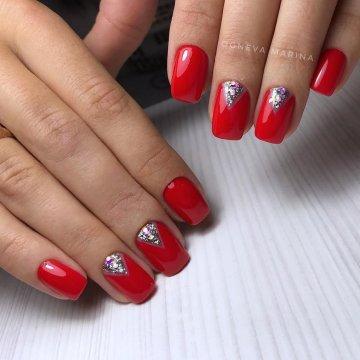 дизайн ногтей красный со стразами 1