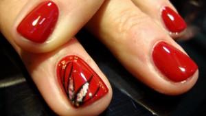 Diseño floral en manicura roja