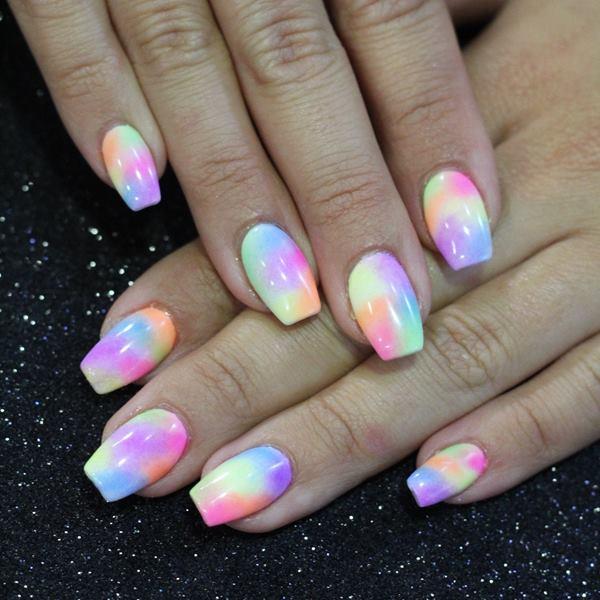 Uñas de acrílico decoradas multicolor degradado