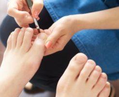 足のネイル施術