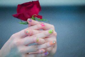 バラを持つ手元