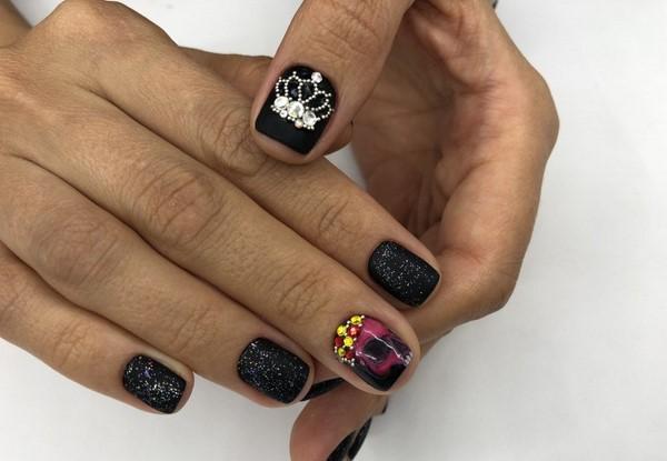 дизайн ногтей со стразами на короткие ногти 3