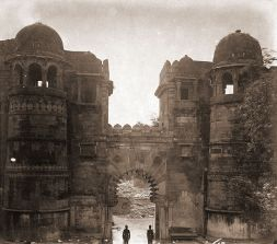 800px-Gateway_in_the_Fort_at_Gwalior