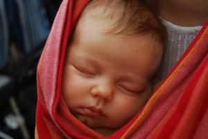 Le portage physiologique de bébé : bénéfices, bienfaits et avantages – VIDEO