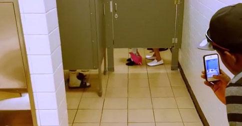 トイレで×××をしているカップル発見…上からスマホで盗撮した結果とは!?
