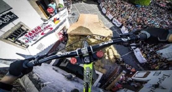ダウンヒルを走るマウンテンバイクのオンボードカメラ映像が度肝を抜く迫力だ!