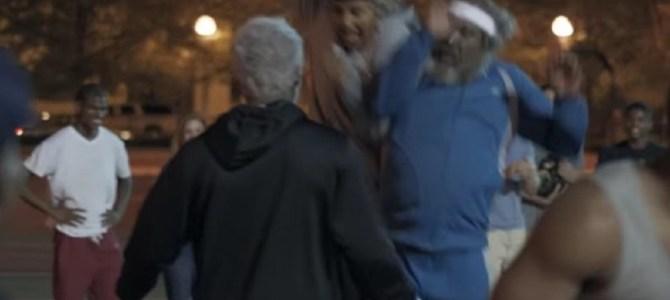 バスケコートに乱入した3人のホームレスの老人たちが、超絶スキルで若者を翻弄!!