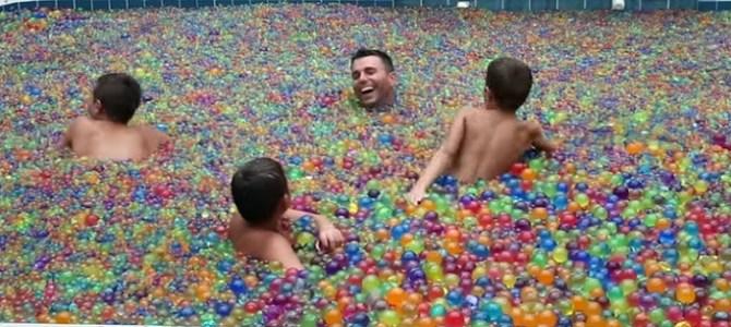 水で膨らむビーズをプール一杯に溜める検証実験がハンパない!