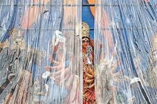 আজও বৃষ্টির হাত থেকে রেহাই নেই উৎসব মুখর বাঙালির