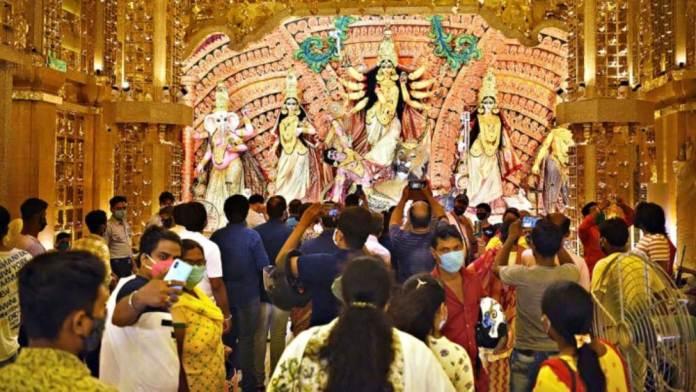 মাস্ক ছাড়াই দিব্যি পুজো দেখা, কলকাতায় আক্রান্ত ছাড়াল ২০০, চিন্তায় বিশেষজ্ঞরা