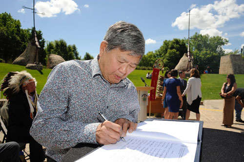 Art Miki, President of the Japanese Cultural Association of Manitoba, signing the Accord