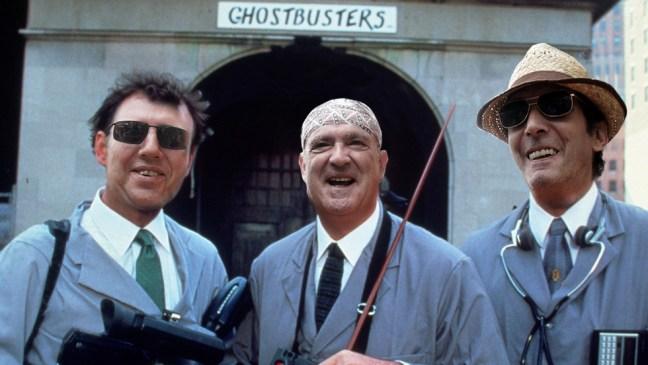 El doctor Smith y el profesor Fleming junto con Carlos, propietario del negocio