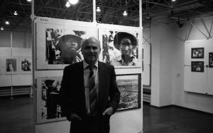 Ryszard Kapuściński na swojej wystawie fotografii w Warszawie, 1989 fot. Cz. Czapliński