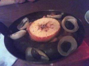 Kaszanka na okrągło z pieca podana z musem z jabłek i musztardy