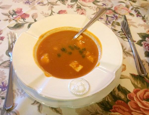 Krem ze świeżych pomidorów, z kluseczkami z parmezanu i domowym pesto, Villa Toscania