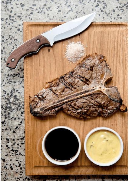 T-Bone steak w Ed Red z nożem typu Rambo oraz sosami demi-glace i bernaise- zdjęcie foodandfriends.pl