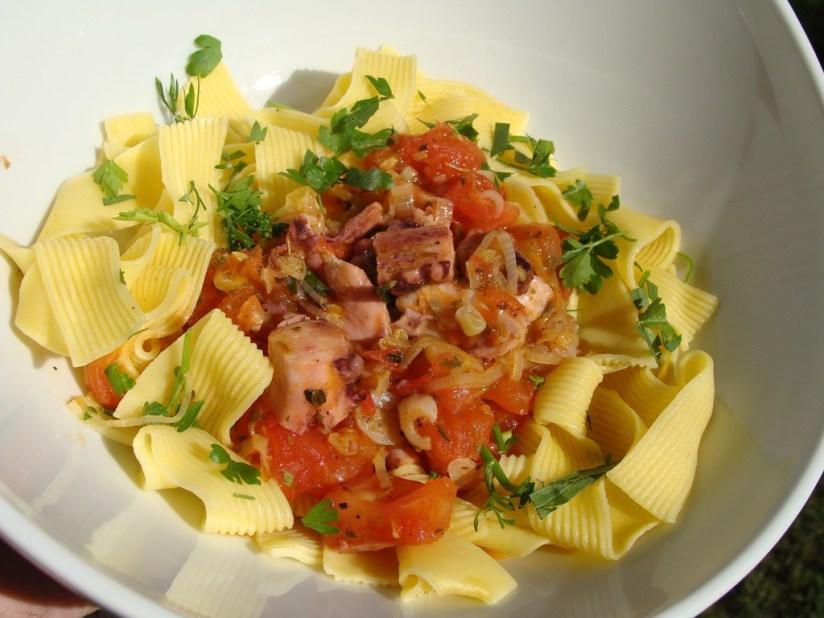 Makaron z ośmiornicą i pomidorami