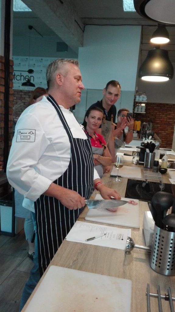 Warsztaty z Adamem Chrząstowskim-The Kitchen studio kulinarne-szef objaśnia przygotowanie jąder