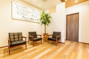 当店は静岡県浜松市にある美容室とカフェ&アウトドアショップ。犬がOKのテラス席にドッグラン完備。ウルトラライトの登山用品のセレクトショップで、フリーライトの正規販売店。オーナーは美容師・登山・渓流釣り(フライフィッシング)に知識豊富でスゴ腕。愛犬はトイプードルのチョコ