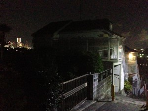ランドマークタワーとアパート