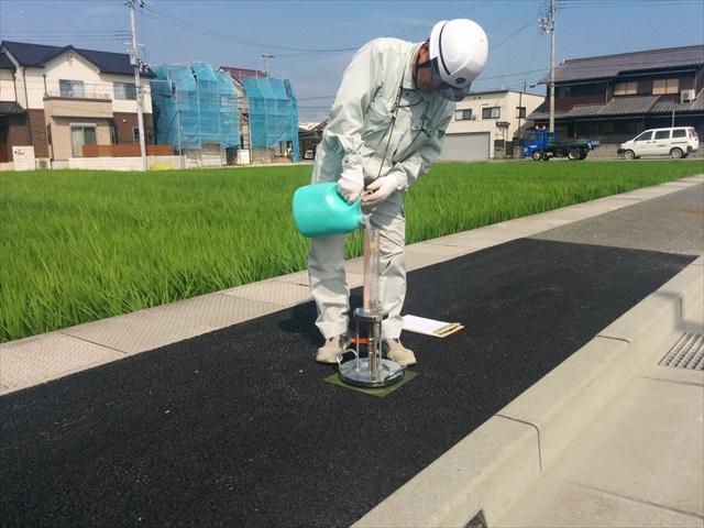 施工現場での透水性試験 (1)