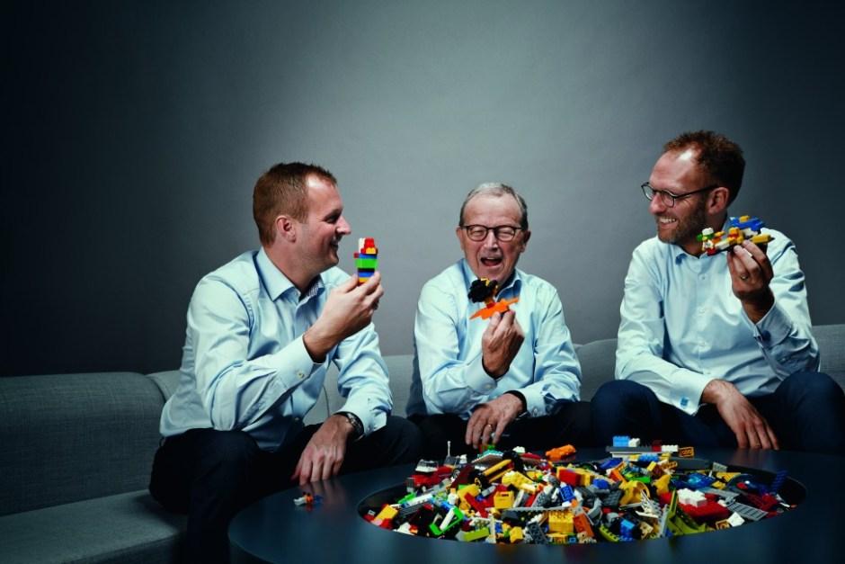 왼쪽부터 레고그룹 신임 부회장 토마스 커크 크리스챤센과 지주회사 커크비 회장 키엘드 커크 크리스챤센, 예르겐 비그 크누스토르프 레고그룹 CEO (제공: 레고그룹)