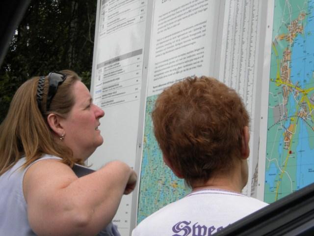 어머니와 딸이 지도를 들여다보며 길을 찾고 있다 (사진: 탄야 닐슨)