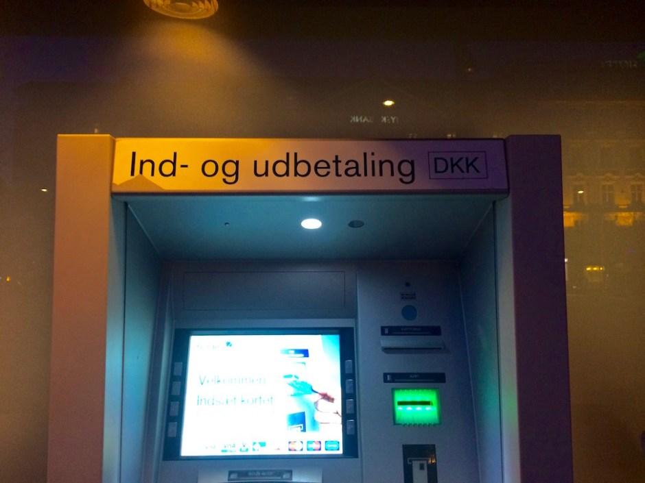 덴마크크로네 현금 입출입이 가능한 노디아(Nordea) 은행 ATM. 현금 입금까지 되는 ATM은 코펜하겐 시내에도 손에 꼽을 정도로 희귀하다 (사진: 안상욱)