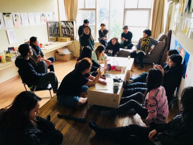 2017년 12월30일 아침 자유학교 풍경. 자유학교 1기와 운영진이 자유여행 일정을 논의했다 (사진: 문화)